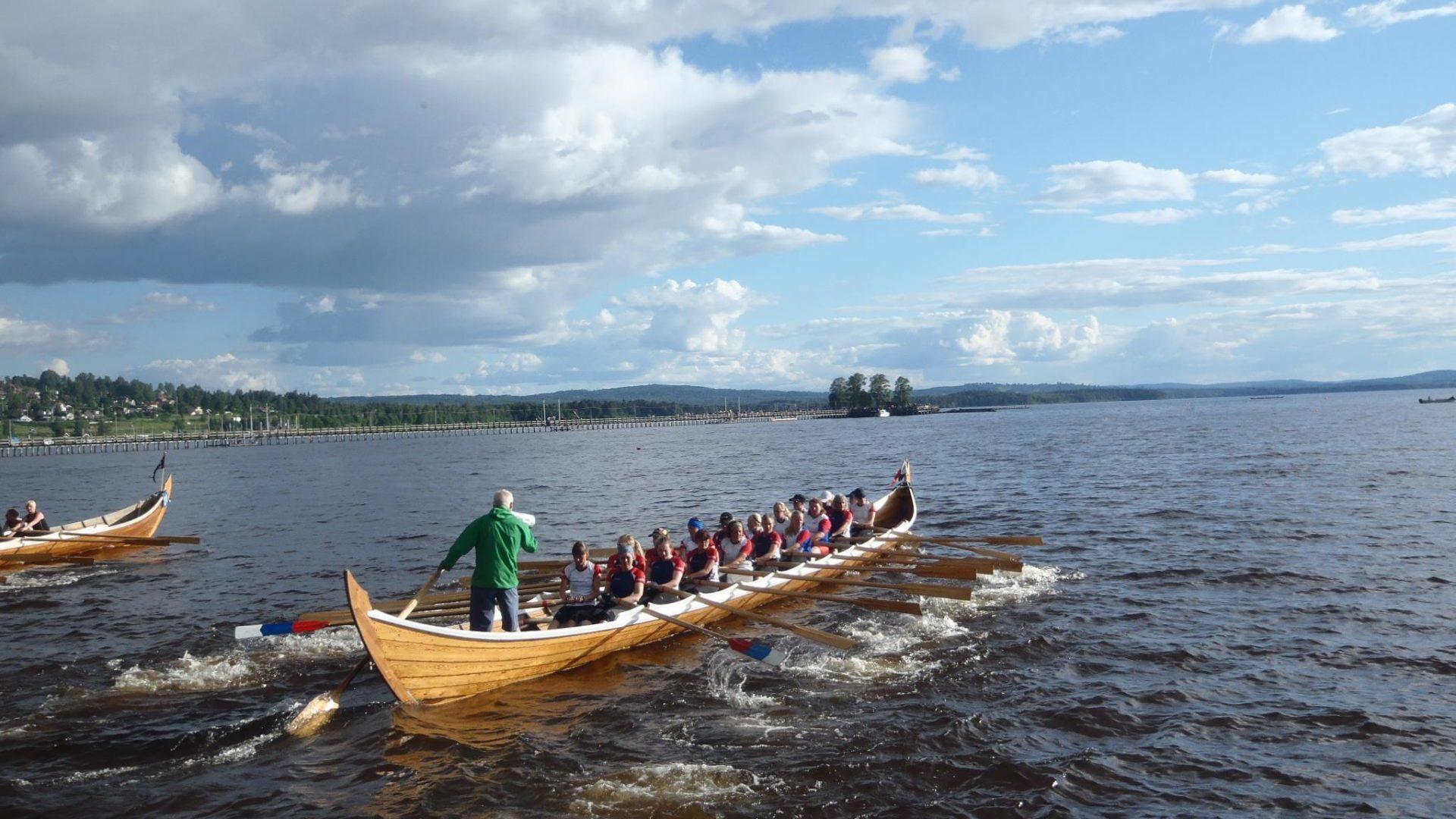 En stor roddbåt för 20 personer