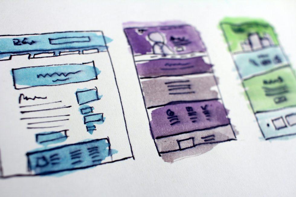 En handgjord skiss på wireframes för en webbplats