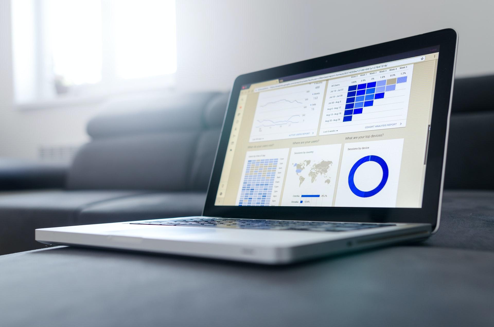 En dator som visar google analytics översiktssvy